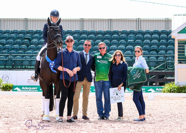 Ashley Holzer with Nate Tucker, Christof Umbach, Adequan®'s Allyn Mann, Diane Fellows of class sponsor Peacock Ridge and head of AGDF sponsorship, Cora Causemann . ©️Susan Stickle.